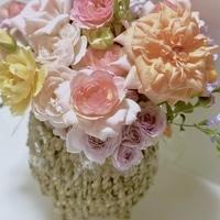 夏剪定のため薔薇の花を切っています。 ...