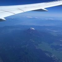 富士山🗻 雪が少し残っています。 機内で...