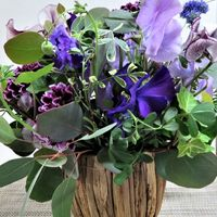 紫色を主にした切り花の寄せ植え...