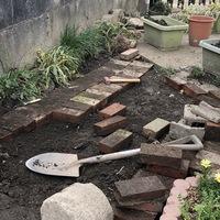 庭のそばに石臼を置いていました。 昔は...