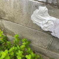 手で塗る塗料モルモルで古いブロック塀...