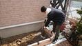 花壇作りに重宝する電動ショベル