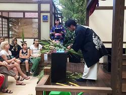日本の園芸力を発信! 日本の花を使ったフラワーアレンジメントのデモに見入る来場者(写真提供:2016アンタルヤ国際園芸博覧会政府出展屋内展示事務局)