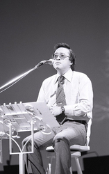 1976(昭和51)年10月7日、NHKホールで開催された「小椋佳コンサート」。多くのファンが待望した、デビュー6年目にして初のコンサートだった(写真提供:ゴッドフィールドエンタープライズ)