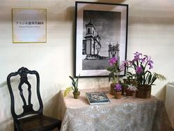 ブラジル大使夫人によるテーブル・ディスプレイ。モチーフはおなじみのカトレア