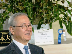 グラマトフィラム・マルタエ'マッシイズ'で「世界らん展日本大賞2018」を受賞した斉藤正博さん(茨城県つくば市)。2008年、2009年、2013年に次いで、過去最多の4回目の大賞受賞となった。