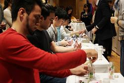 意識調査発表の会場で手作りギフトに挑戦する子ども世代