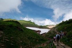 八方尾根自然研究路には厚い雪渓が残っていた(撮影:上林徳寛カメラマン)