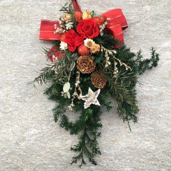 シンフォリカルポス(雪晃木)の白い実を実らせてX'masに飾る! 玄関に飾っているクリスマススワッグに