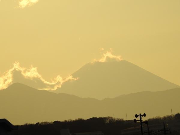 多摩川 の 夕暮れ  土手から 天気が良いと  富士山が見えます。 雲が かかっています