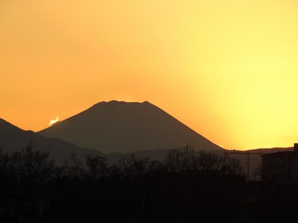 多摩川 から 富士山が見えます。  昨日 の 日没