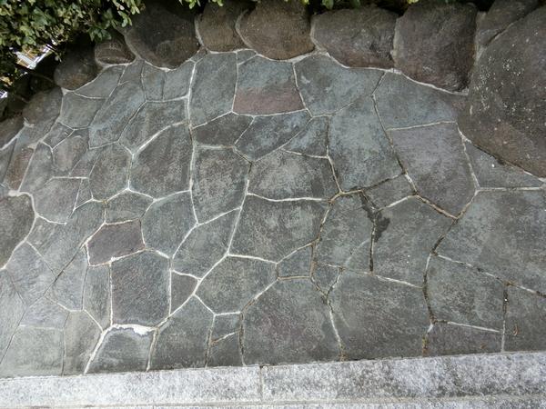 まぁ、鉄平石張りは苦手。 父が亡くなる前、貼り石最後のアドバイス素直に聞けばこの