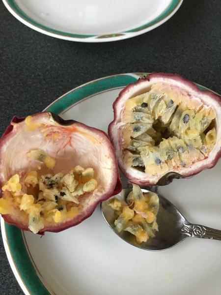 美味しい!まるごと冷凍パッションフルーツ シャーベットの様です。