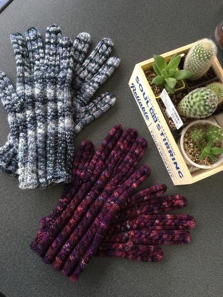 やっと二人分の手袋が編み終わりました、 毛糸を送ってくれた友人に送ろうと思います