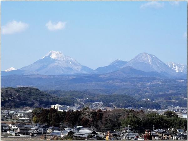 📷由布岳と鶴見岳の両方を遠望する眺め...
