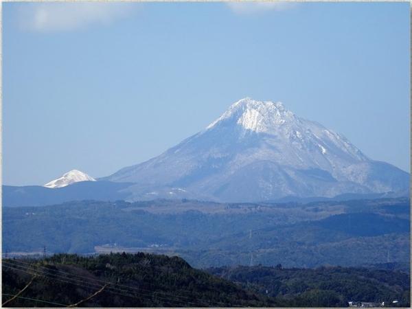 📷由布岳(由布市に属し)は地元では由布山と言っている...頂上に雪積もれば「豊後富士」