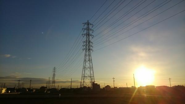朝日に輝く鉄塔