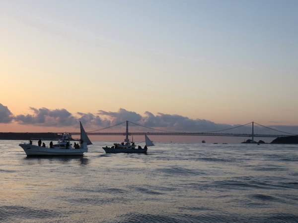 12月15日(金) 鳴門海峡でハマチ~ブリ釣り 夜明けまじかの鳴門海峡大橋