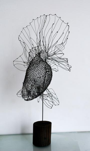 細い針金で土佐金を作りました。尾びれがとても美しい金魚です。