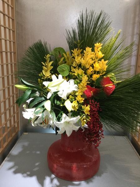 京都駅の新幹線構内に展示してありました。壬生流の生花です。ダイナミックでゴージャ