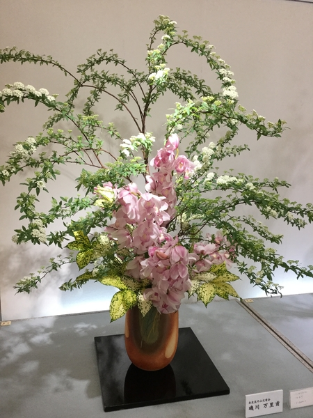 コデマリが大きなうねりの表現に使われていました。豪華な生け花でした。京都駅新幹線