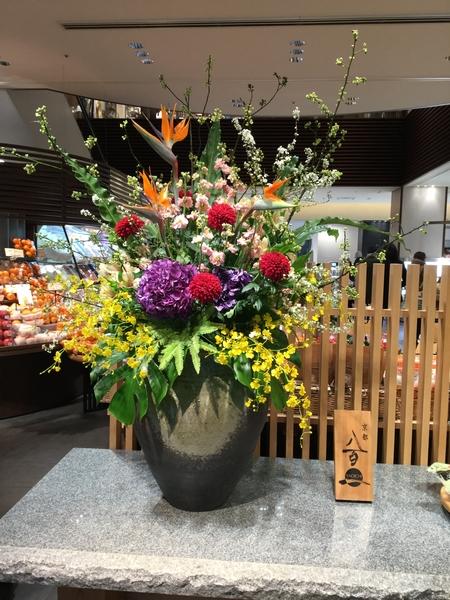 八百一という、京都三条、東洞院通にある、お店の正面に飾ってありました。いつも、豪