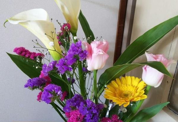 先月のお花がまだもってます❕ 新入りはチューリップとカラーです。 寒い日が続いてい