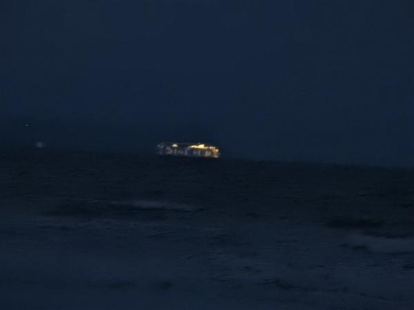 """2月7日朝7時の""""客船""""  博多港毎週水曜日寄港  の船です。夜明け前で  なかなかうまく"""