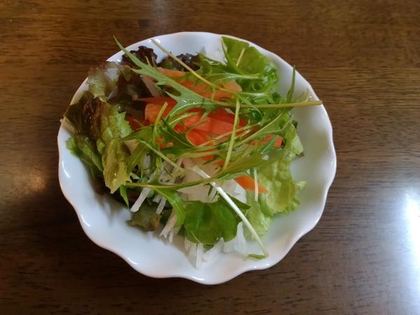 2018 1月31日 甘~い人参サラダ サニーレタス、サラダ菜、大根、水菜、人参が入ってい