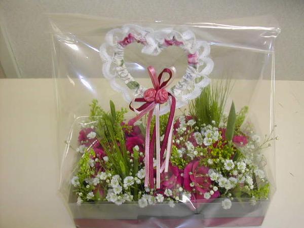 箱にオアシスを敷いて、切り花をアレンジ ラッピングして、ハートのピック バラ、カス