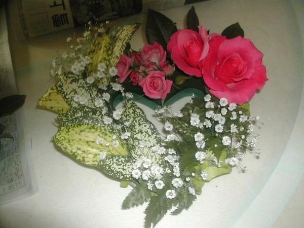 ハート形のオアシスに切り花をアレンジ バラ、ゴッドセフィアナ、カスミソウ、レザー