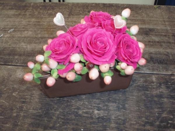 ケーキ型のオアシスにバラとヒペリカムをアレンジ
