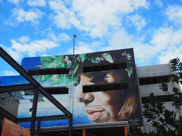 屋上駐車場の壁面アート