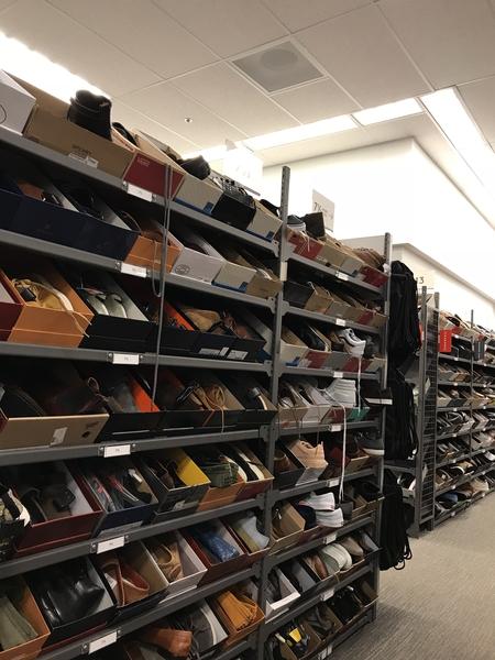 靴は サイズごとの 高い棚があり 箱ごと 並べられてます 自由気ままに試せて 決まった