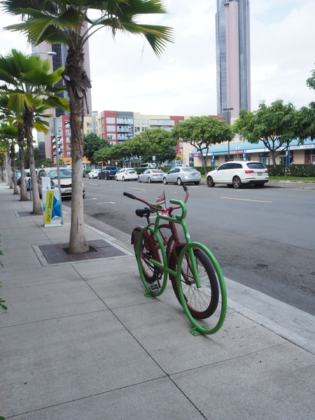 新しく 開発された街中は  こんな駐輪スペースとか 壁面アートもあり オシャレな街並