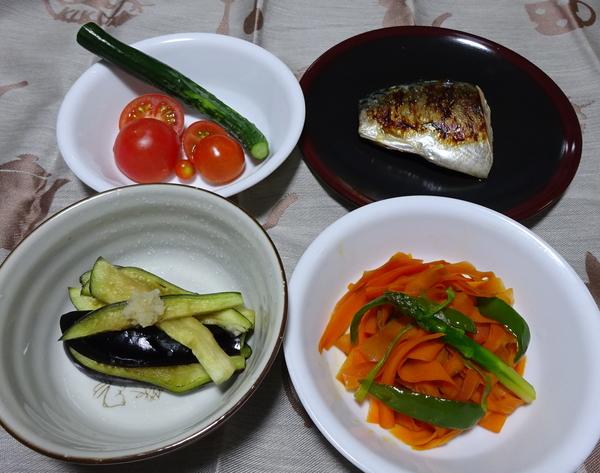 夕食。 ・サバの塩焼き ・水ナス(自家製)の塩もみ ・キュウリ(自家製)、トマト(