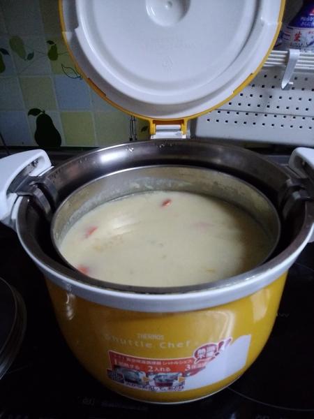 クリームシチュー 朝出かける前に仕込みで、シャトル鍋に タマネギ、人参、ジャガイモ