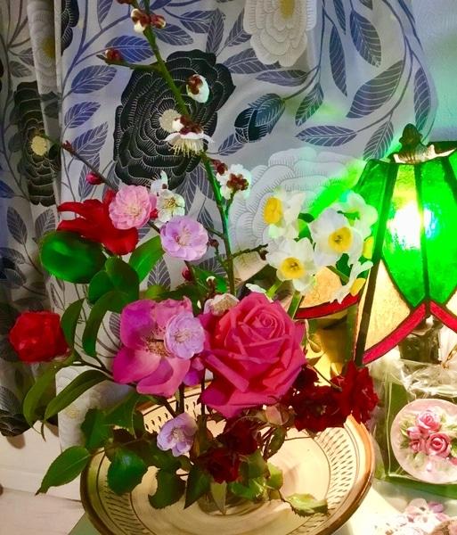 アレンジの花とステンドグラスの灯火