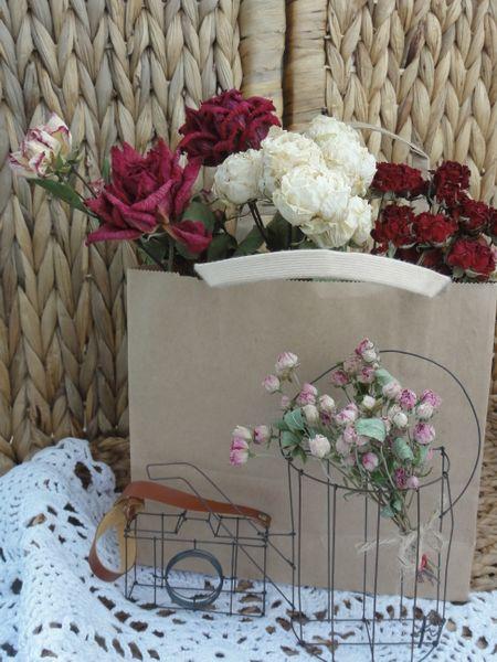 丹精込めて育てた美しいバラを残しておきたい。 逆さに吊るしてドライフラワーにしま
