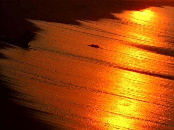 朝日に映える波打ち際  2018.08.11 早朝・遠州灘海岸